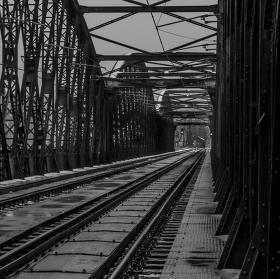 Netradiční pohled na Vyšehradský železniční most