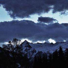 Tmavé mraky nad vrcholky