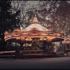 Vánoční Vídeň - kolotoč v parku u radnice