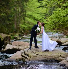 dva na kameni uprosřet řeky