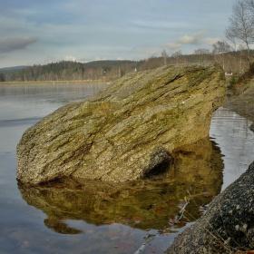 Kámen na vodní hladině? Nebo nějaký tyranosaurus na Vás kouká?