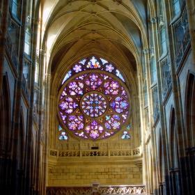 Rozeta zdobená vitráží, v níž historie se odráží.