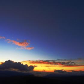 Chladný úsvit Slunce nad obzorem