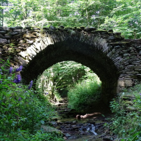 Středověký kamenný most z Podkrkonoší