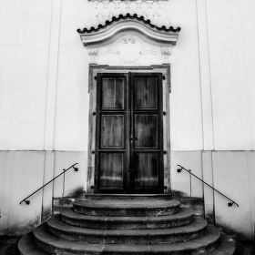 Dveře do kostela