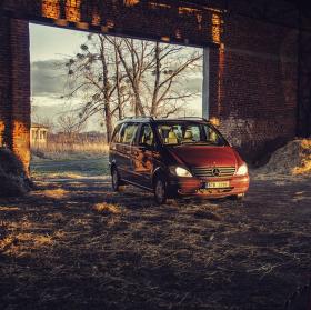 Mercedes na seně