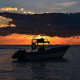 zakotvený hlídač na břehu Karibiku