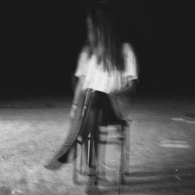 Dívka na židli.