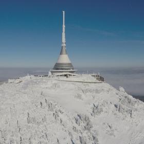 Pohled z ptačí perspektivy na zimní vysílač.