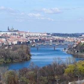 Opět Praha, její mosty, řeka a dávné věky.