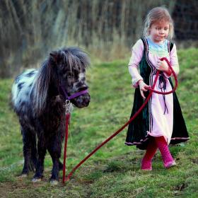 Princezna venčí svého minihorse :-)
