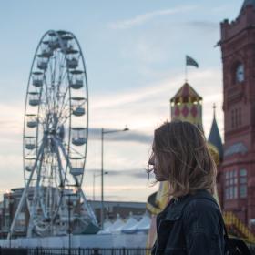 Dívka v Cardiffu