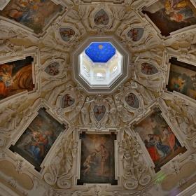 Kopule nad oltářem