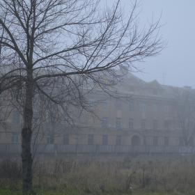 Kasárny v mlze