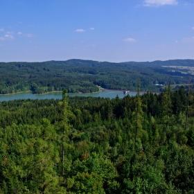 Česká Kanada a nádrž Landštejn ze stejnojmenného hradu.