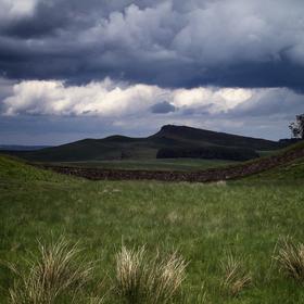 Severní Skotsko a typická zeď z kamenů...