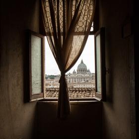 V okně celý Vatikán.