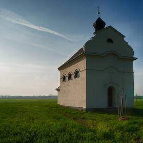 kaple v poli stojí