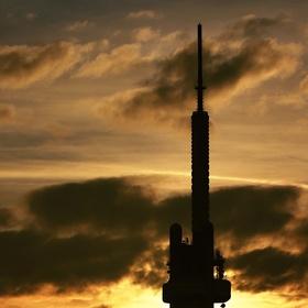 Věž v zapadajícím slunci