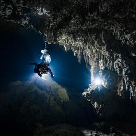 Potápěč v zatopené jeskyni Tortugas - upstream