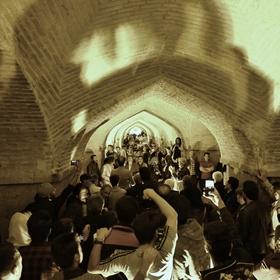 Večerní zpívání pod mostem