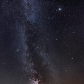 Kalek pod noční oblohou