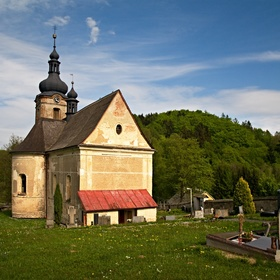 Kostelíček se hřbitůvkem
