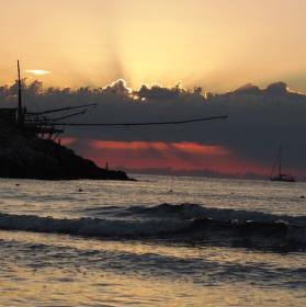 trabucco při východu slunce