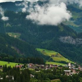 Vesnička v obležení hor