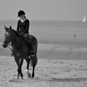 Jezdkyně na pobřeží