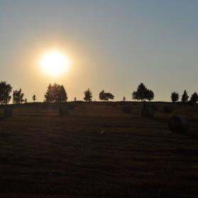 po žních při západu slunce