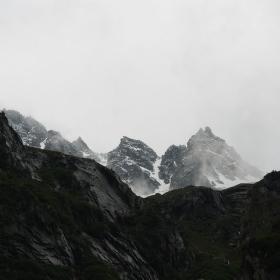 Hluboko v horách, vysoko v mlze