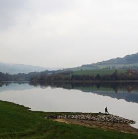Mlhavý den nad Křetínskou přehradou