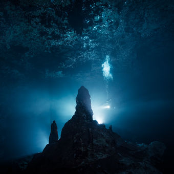 Tajuplná zatopená jeskyně Mayan Blue na Yukatánu v Mexiku.