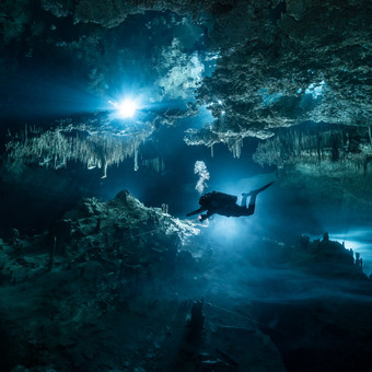 Potápěč proplouvající scenérií v jeskyni Tajma Ha - upstream