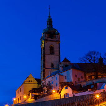 Večerní pohled na věž kostela u zámku Mělník