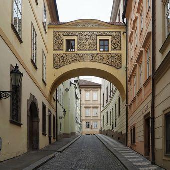 zastřešený můstek v Thunovské ulici ( v Praze)