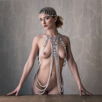Nude art - Girl in pearls
