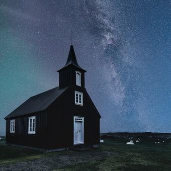Černý kostel s mléčnou dráhou