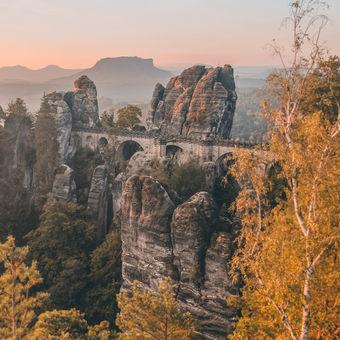 Ráno mezi skalami