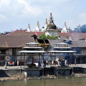 Spalovací gháty na řece Bágmatí - Nepál
