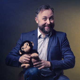 Muž s opičkou