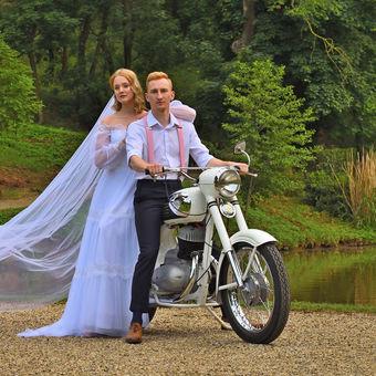 Ženich, nevěsta a bílý motocykl.