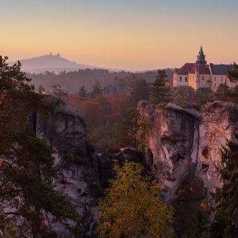 Zámek Hrubá Skála a zřícenína hradu Trosky