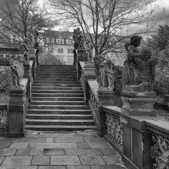 Schodiště a sochy