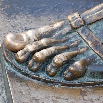 Noha sochy Řehoře z Ninu