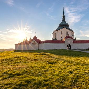 Poutní kostel sv. Jana Nepomuckého na Zelené hoře při západu slunce
