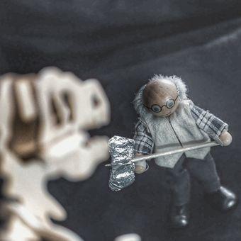 Starej Brůna bojuje s dinosaurem