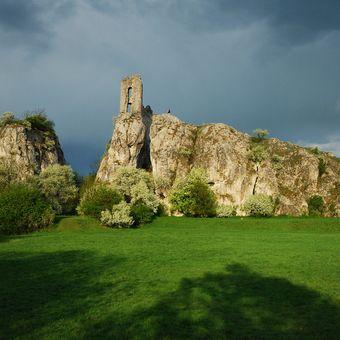 Sirotek na obhlídce svého hradu