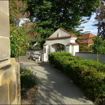 Žernoseky, hřbitovní brána